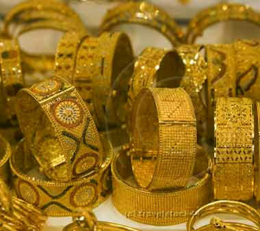 Gold extend gains on strong global cues