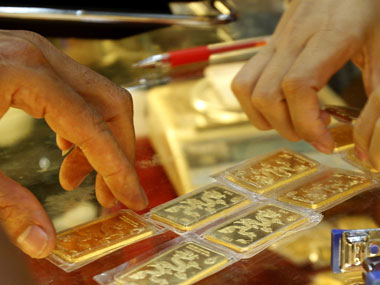 Gold price up by Rs 660 to Rs 32200 on global cues
