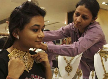 Gold price declines by Rs 340 to Rs 30200 per ten gram