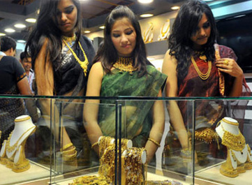 Gold tumbles by Rs 460 on sustained selling, weak global cues