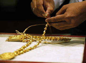 Gold price drops by Rs 320 to Rs 29630 per 10 gms