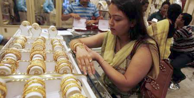 Gold gains on fresh stockists buying global cues