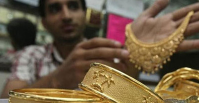 Gold extends gains on stockists buying, global cues