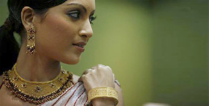 Gold plunges on stockists selling, weak global cues