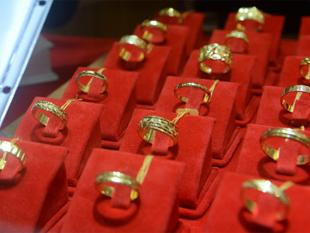 Gold, silver bounce back on stockists buying