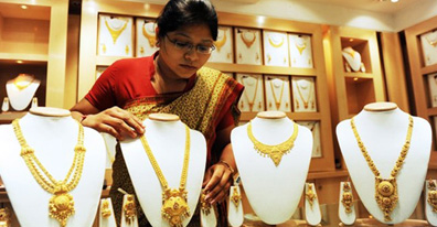 Gold tumbles on stockists selling, global cues