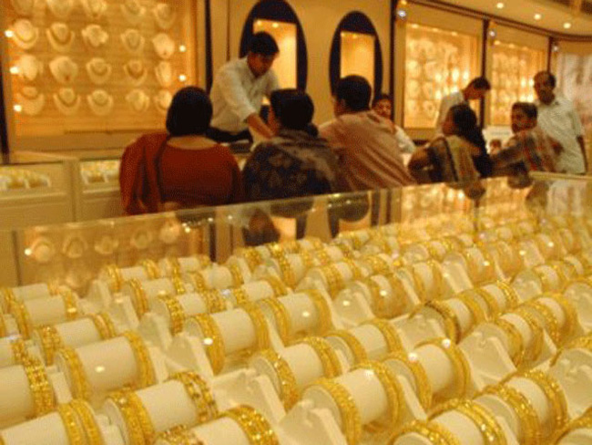 Gold plunges below Rs 29000 mark on heavy selling