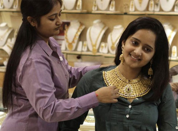 Gold price falls for 2nd week, ends at Rs 28350 per 10 grams