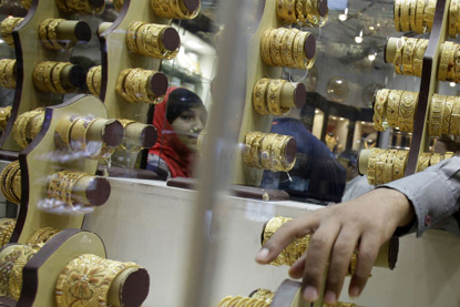 Gold hits two-week high of Rs 28680 on strong global cues