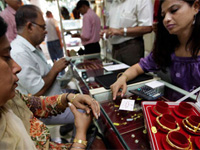 Gold price fails to hold above 29K level but gains Rs 360 this week